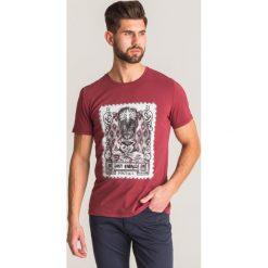 a27f94a40733a8 Odzież męska. 491.40 zł. Bordowy t-shirt Just Cavalli z motywem znaczka  pocztowego - Bordowy. Czerwone t-