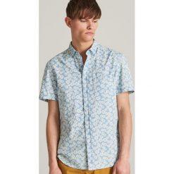 8b581bb3b8082e Koszula regular fit z printem - Niebieski. Niebieskie koszule męskie  Reserved, m, bez