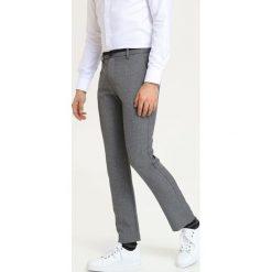 153aa9a5f8a77f SPODNIE DŁUGIE MĘSKIE KLASYCZNE. Spodnie na co dzień męskie TOP SECRET. W  wyprzedaży za